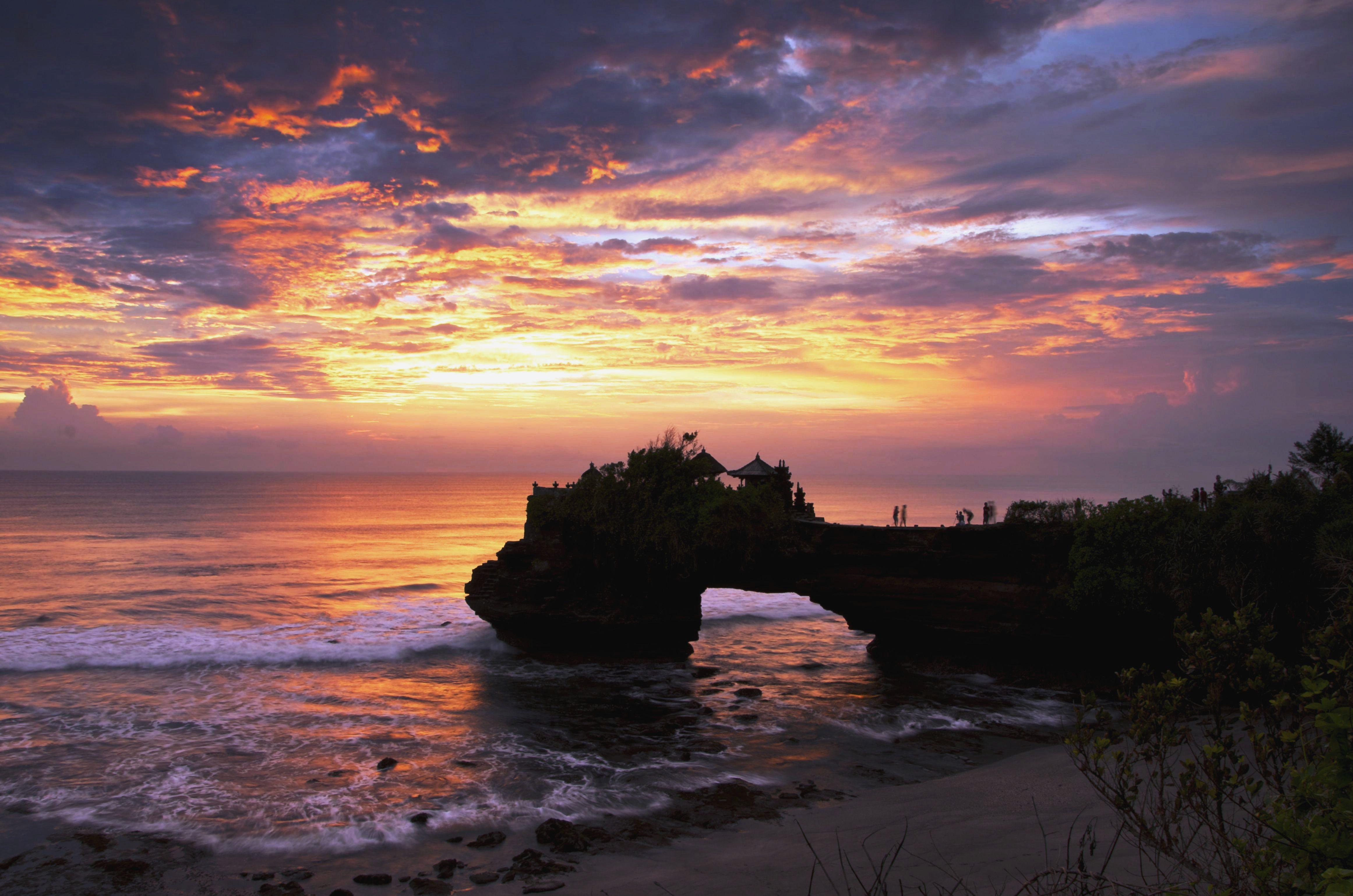 bali-tanah-lot-temple-sunset