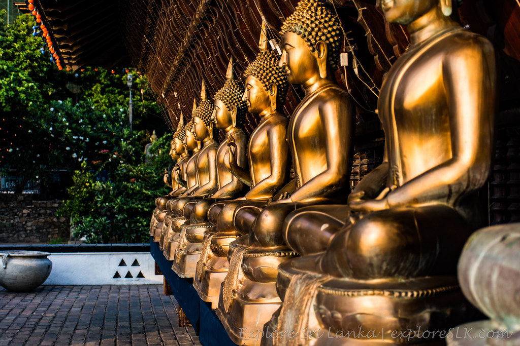 Line of Buddha statues in the Gangaramaya temple