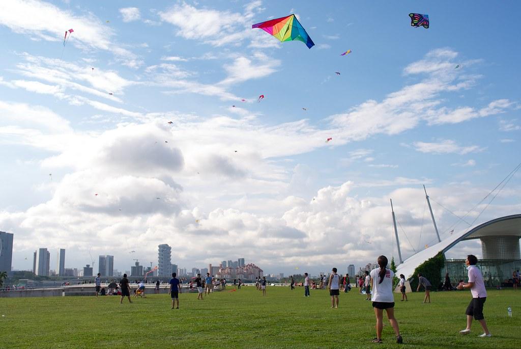 People flying kites at the Marina Barrage