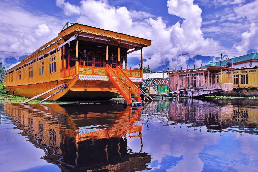 house boat on Dal Lake, one of the best things to do in a honeymoon