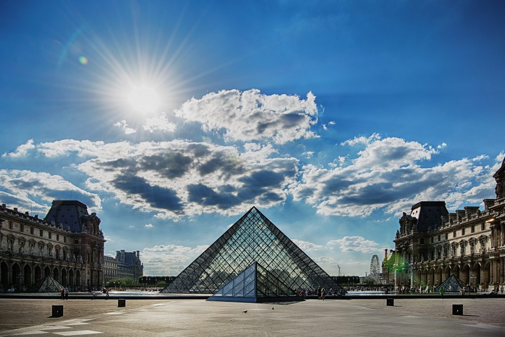 Drawing classes at the Louvre Museum, a recommended tour in Paris.