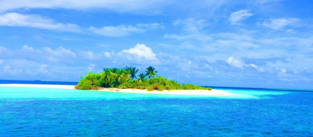 Choose the right weather to travel to Maldives.