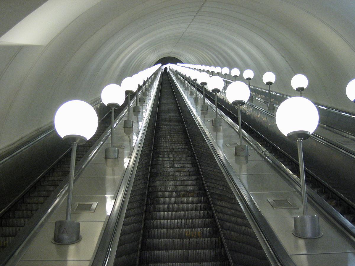 parkpobedy-escalator-moscow-russia-metro
