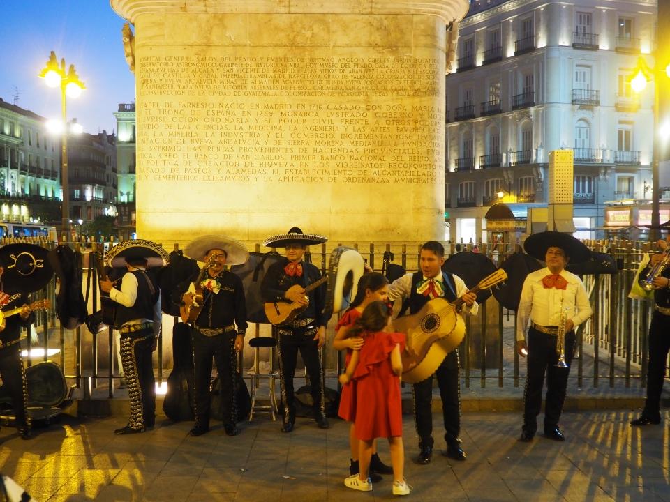 Street performers at Puerta de sol