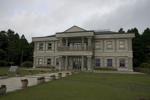 This image has an empty alt attribute; its file name is hakne-palace-japan.jpg